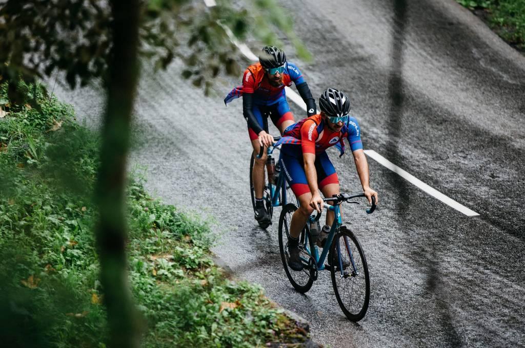Team Work mit dem Fixie Trans Alp bergauf