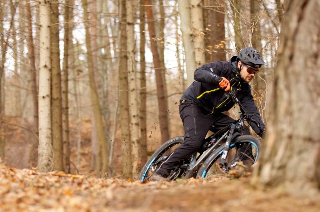 Auf dem Marin Mount Vision lässt sich auch bergauf und in der Ebene mit Druck durch den Trail pedalieren.