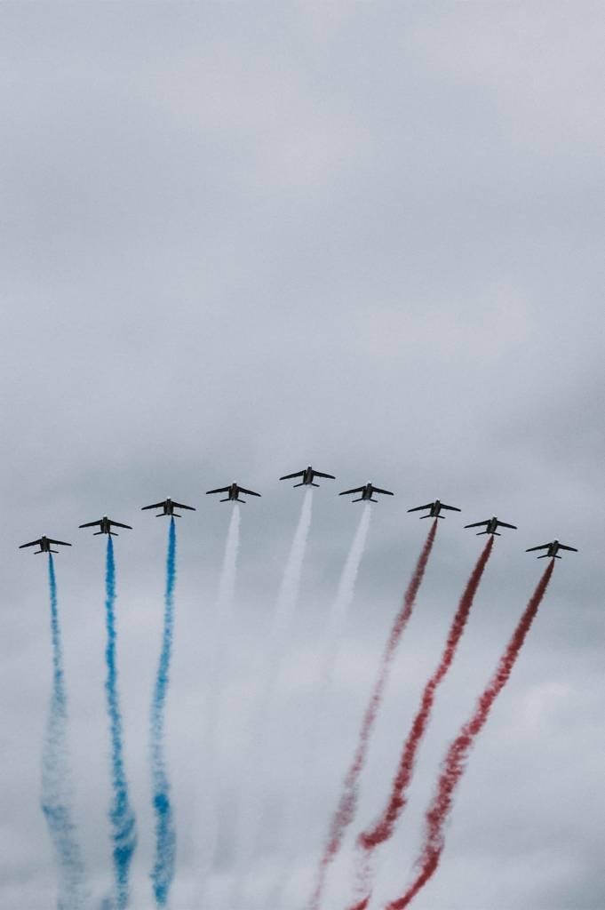 Jets malen die Farben Frankreichs mit Rauch in den Himmel