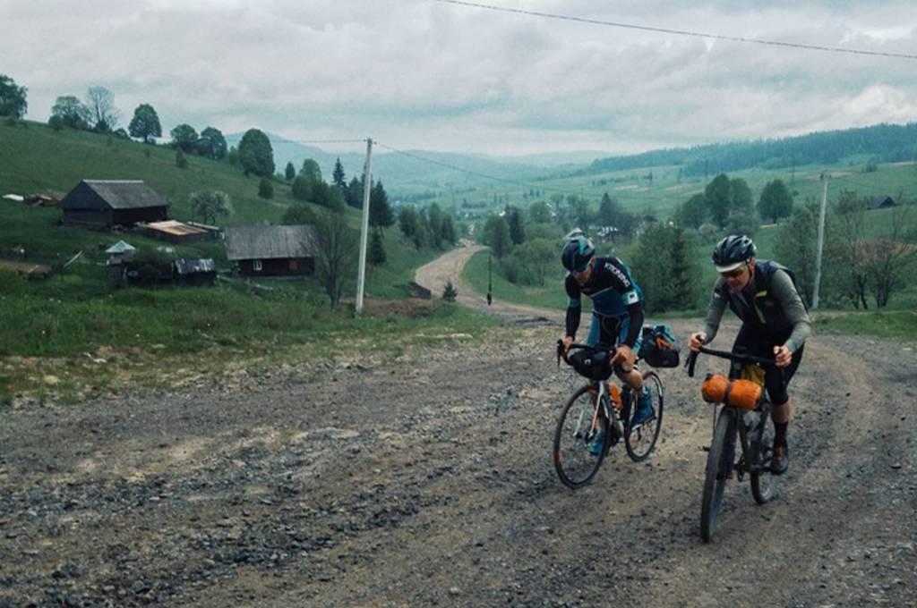 Schotter Strecke bergauf während des Trans Ost 2018