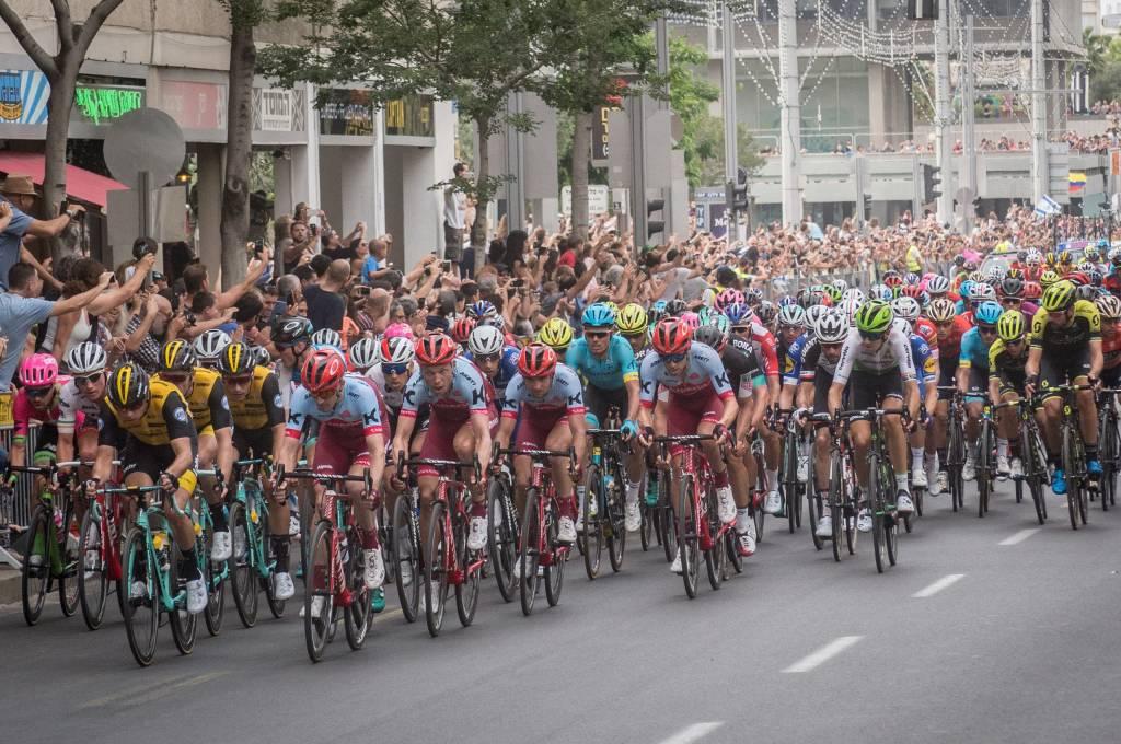 Enges Feld bei einer Etappe der Giro d'Italia in der Innenstadt