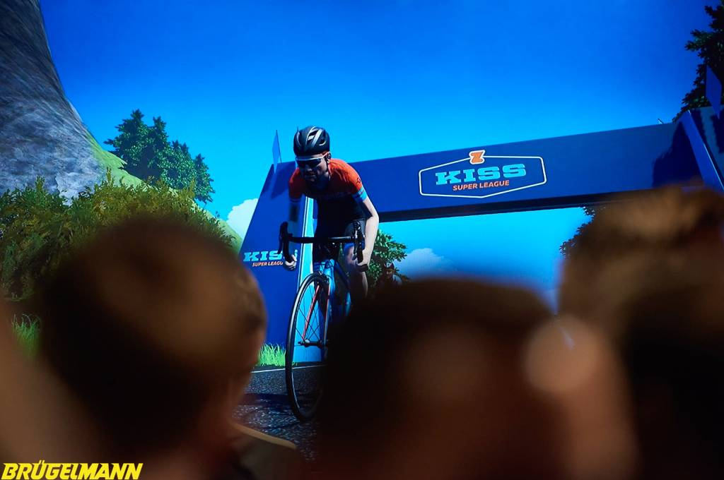 Zwift KISS Super League Live Stream auf der Leinwand