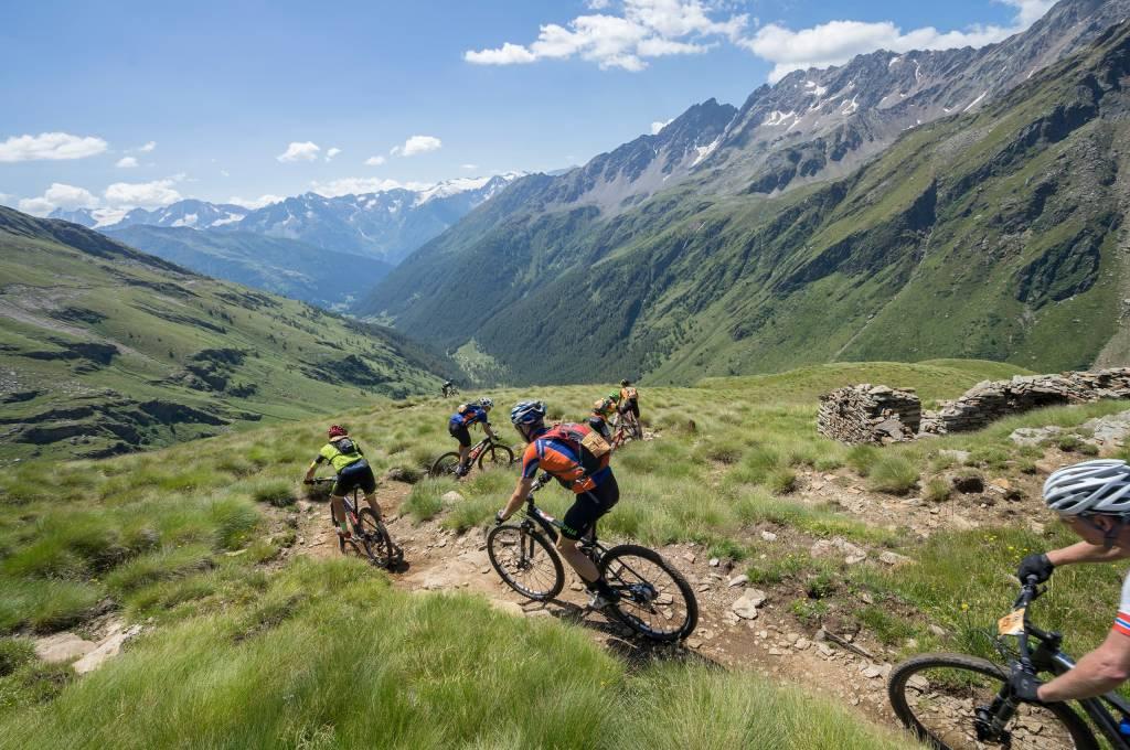 Faszination Alpencross - alpines Gelände mit dem Bike vor atemberaubender Bergkulisse