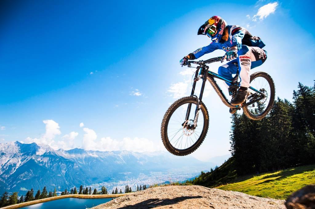 Bikeprofis hoch über der City beim Crankworx Festival ins Innsbruck