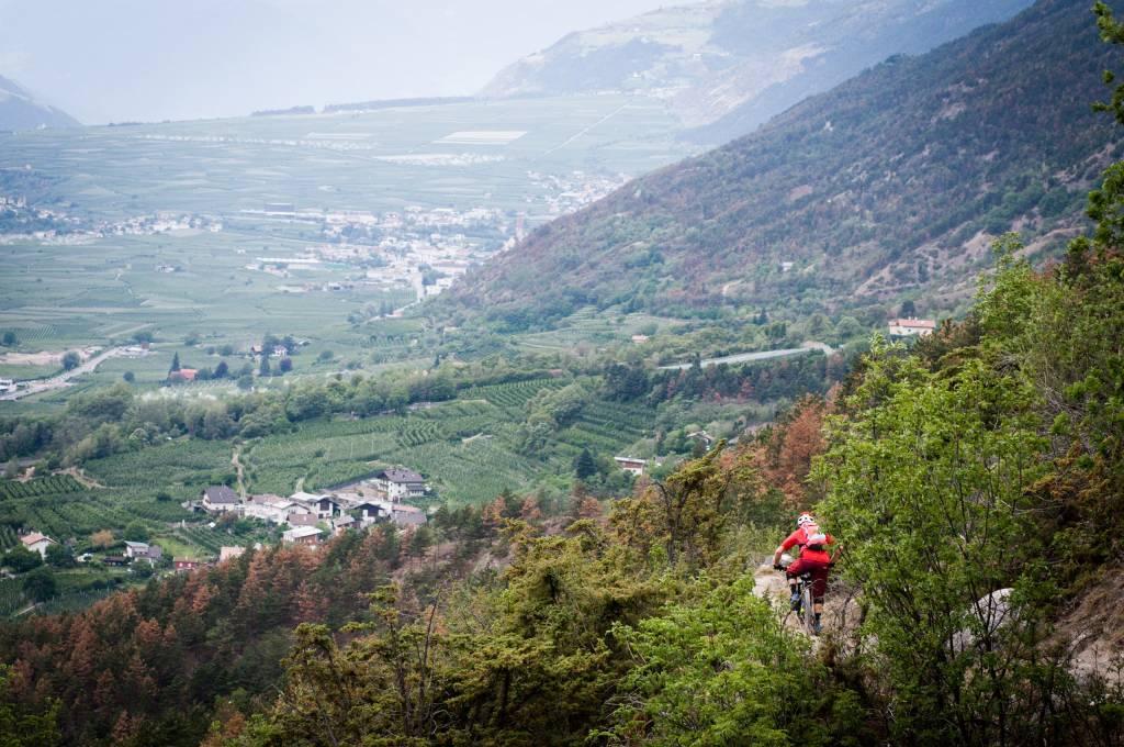 Technische Trails und Bergpanorama beim Enduro-Rennen in Latsch