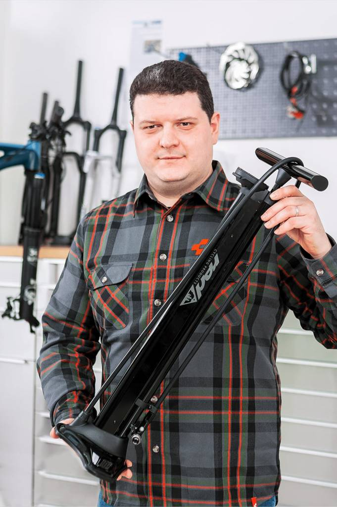Unser Mechaniker zeigt die Standpumpe für Tubeless Reifen von Red Cycling Products