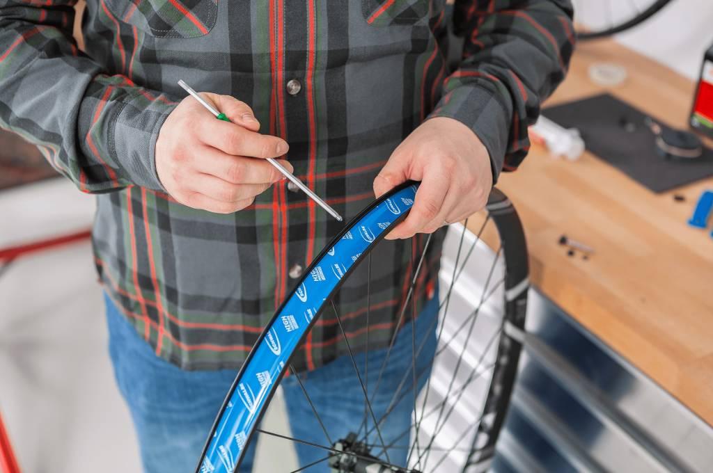 Steche mit einem Dorn oder Nagel das Ventilloch durch das neu geklebte Felgenband