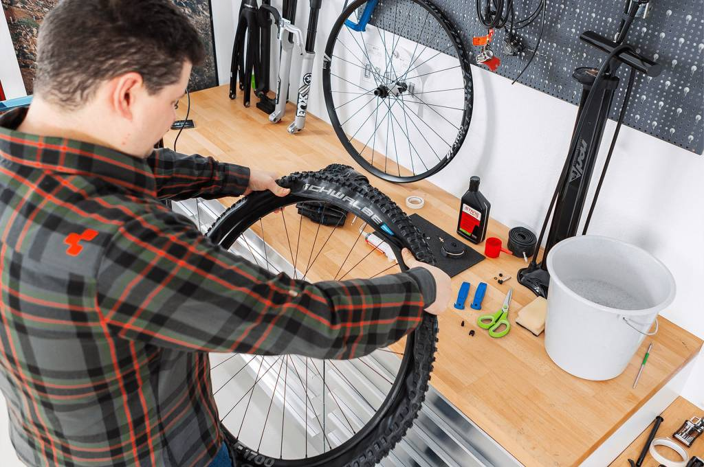 die erste Seite des Reifens lässt sich oft noch ohne Werkzeug aufziehen