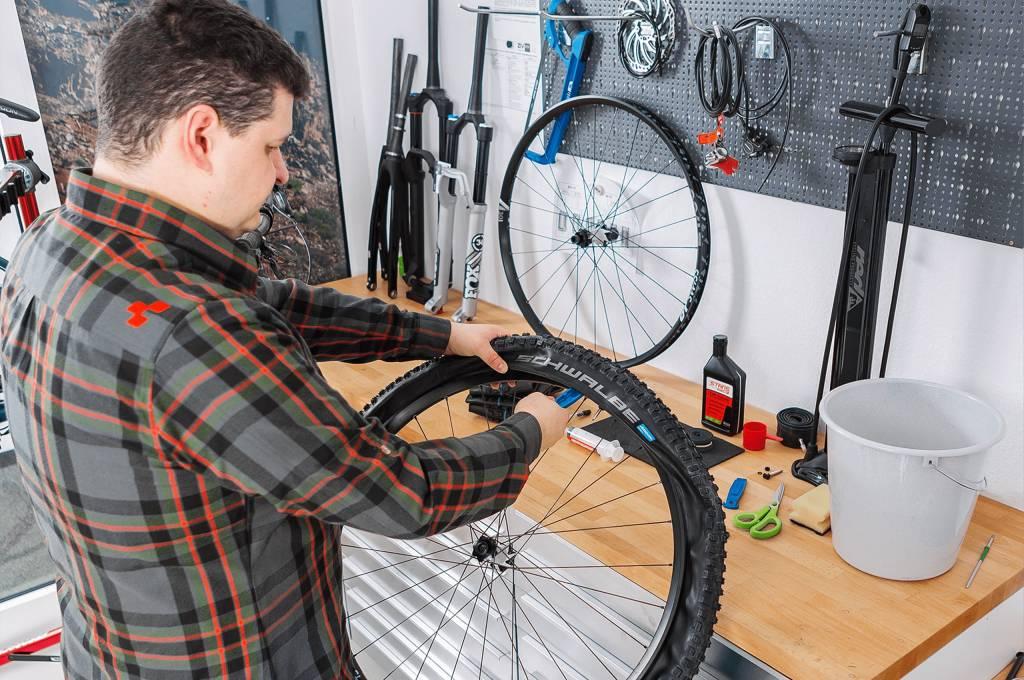 Bei der zweiten Reifenseite ist ind erEgel der Einstz von Reifenheber und Kraft unerlässlich