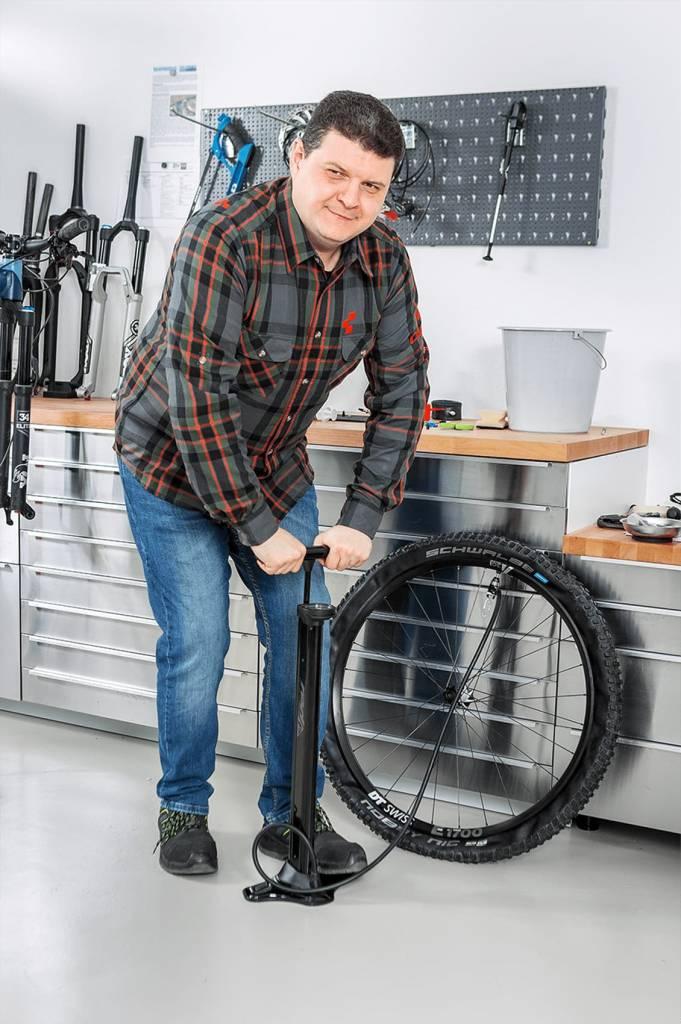 Mit Tubeless-Pumpe muss schnell viel Luft in den Reifen