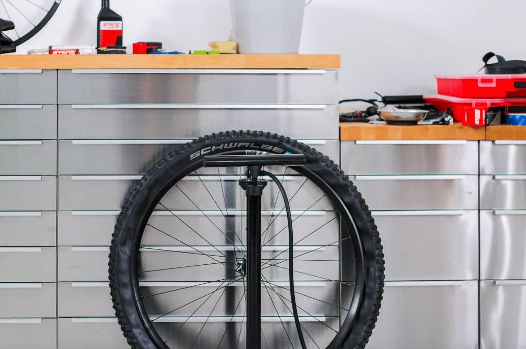 Man kann schon vor dem ersten Pumpen für einen etwas besseren Sitz des Reifens im Felgenbett sorgen...