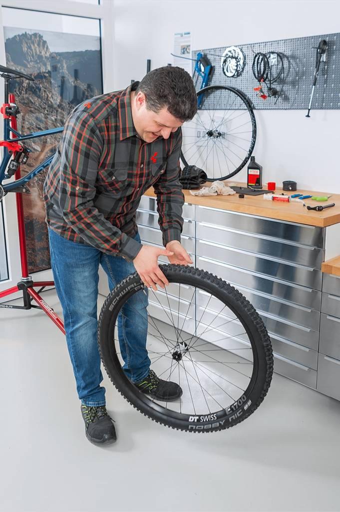 Der Luftdruck von innen presst die Latex-Partikel an eventuell noch undichte Stellen. Man kann das umgerüstete Rad nun auf jeder Seite einige Stunden waagerecht  ruhen zu lassen.