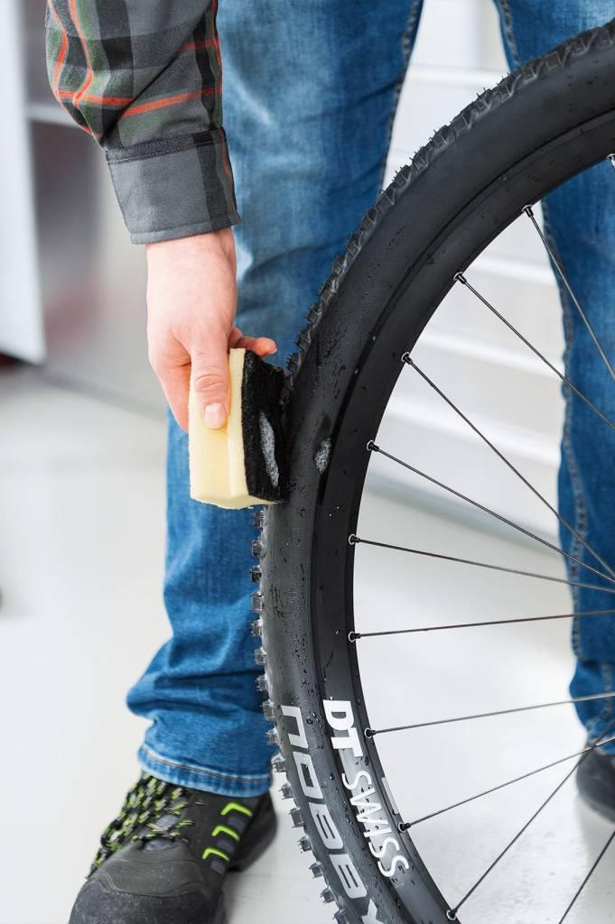 Jetzt den leeren Reifen kurz drehen, um die Milch von der Ventil-Position wegfließen zu lassen. Dann erneut den Reifen gut aufpumpen.