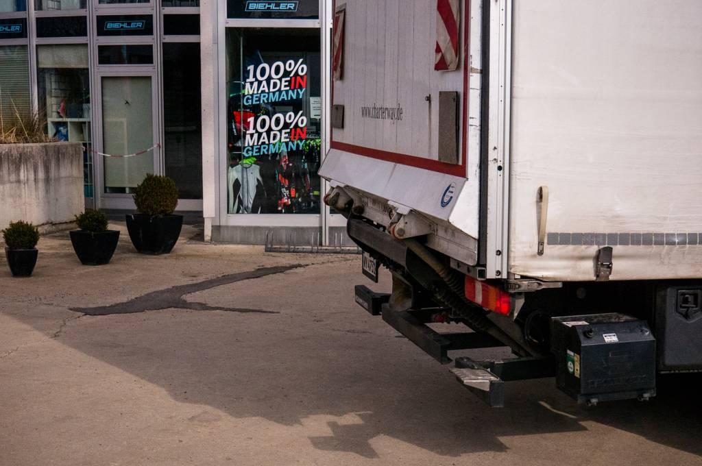 Ein ständiges Kommen und Gehen von LKW's von Lieferanten und Speditionen sowie Kunden zeichnet das BIld auf dem Biehler Firmengelände
