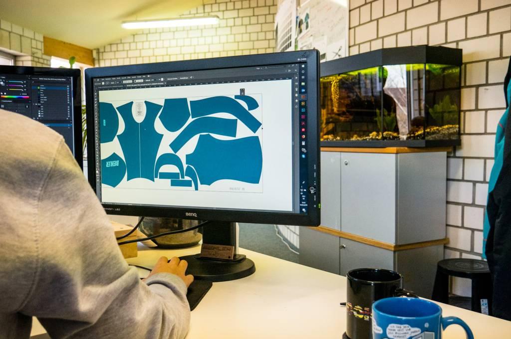 Die Ideen der Mitarbeitern werden, wie hier am Computer, von den Designern in Form gegossen.