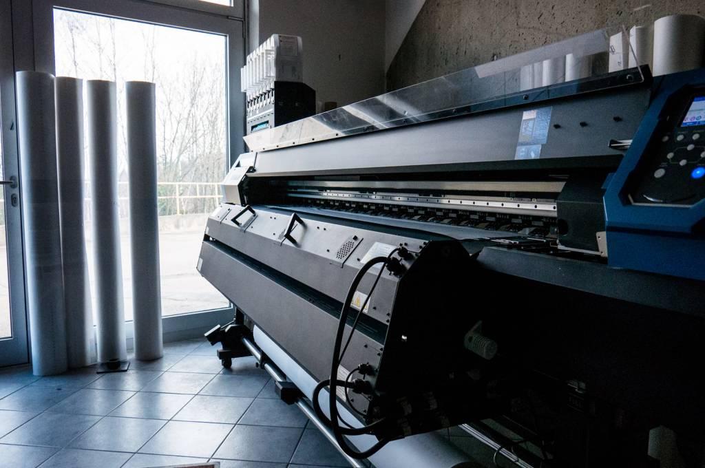 Auf diesem großen Drucker werden die neu entworfenen Produkte zuerst einmal auf Papier gedruckt, um Schablonen für die Herstellung zu erstellen.