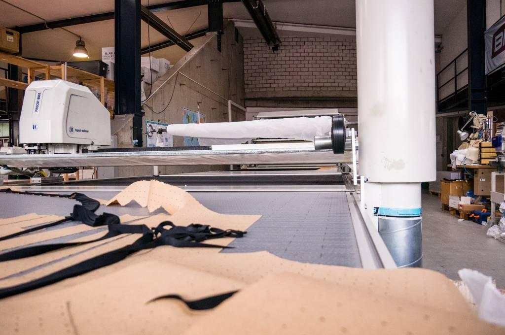 Dann werden die Stoffe zu den Drucken zugeschnitten.