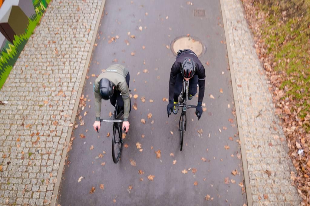 Unsere beiden Testpiloten fahren durch die veregneten Starßen von Chemnitz und prüfen die Jacken von Biehler auf ihre Regenbeständigkeit.
