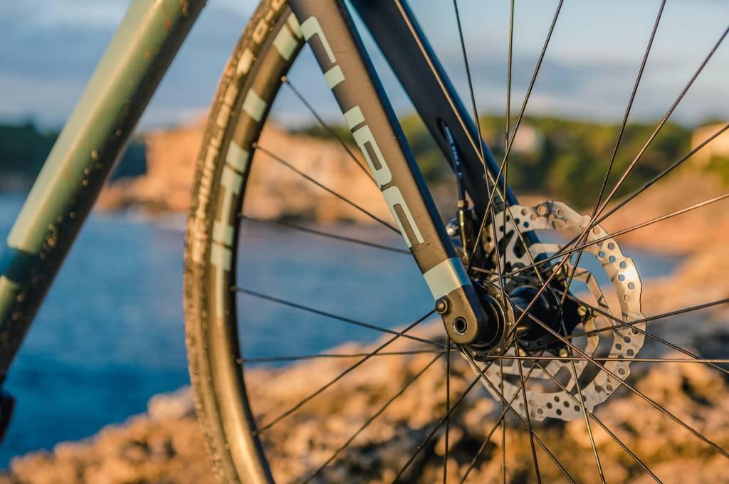 Steckachsen vorn und hinten sorgen für eine steife Verbindung von Rahmen und Laufrädern.