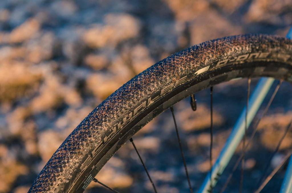 Konnten rundum überzeugen: Die verbauten 35-mm-Reifen von Schwalbe boten guten Grip, rollten auch auf Asphalt gut und vor allem stellten sie sich als ungeheuer pannensicher heraus!