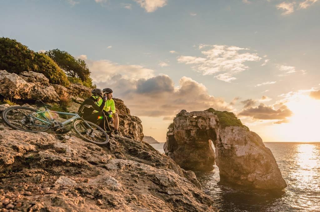 Pause auf der Klippe. Solche schönen Stellen findet man auf Mallorca am besten mit dem Gravelbike!