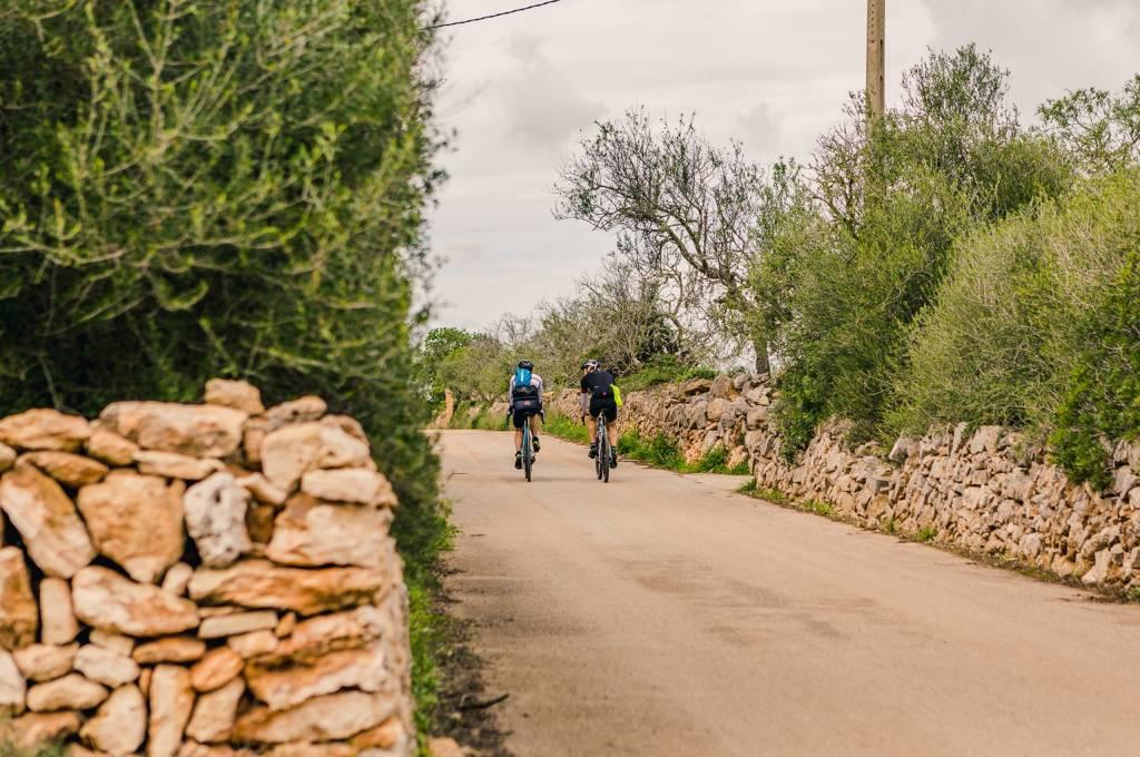 Endlich geht es los! Wir können es kaum abwarten, endlich auf den ersten mallorquinischen Schotterweg abzubiegen!