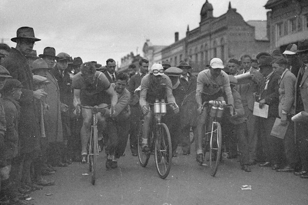 Damals, im Jahr 1932, ganz normal: einfache Kappen statt Helme. (Bundesarchiv) https://upload.wikimedia.org/wikipedia/commons/8/84/SLNSW_130748_Start_of_the_Dunlop_Road_race_Goulburn_to_Sydney_at_Goulburn_fivepro_start.jpg