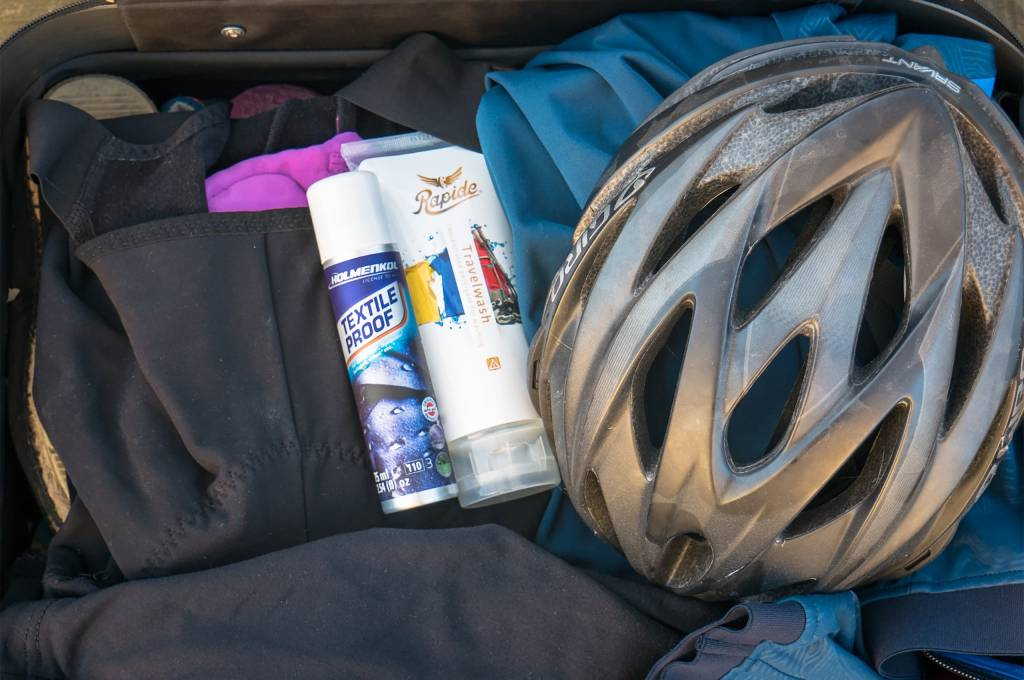 Selbst in das kleinste Handgepäck sollte noch Imprägnierspray und Reisewaschmittel passen.