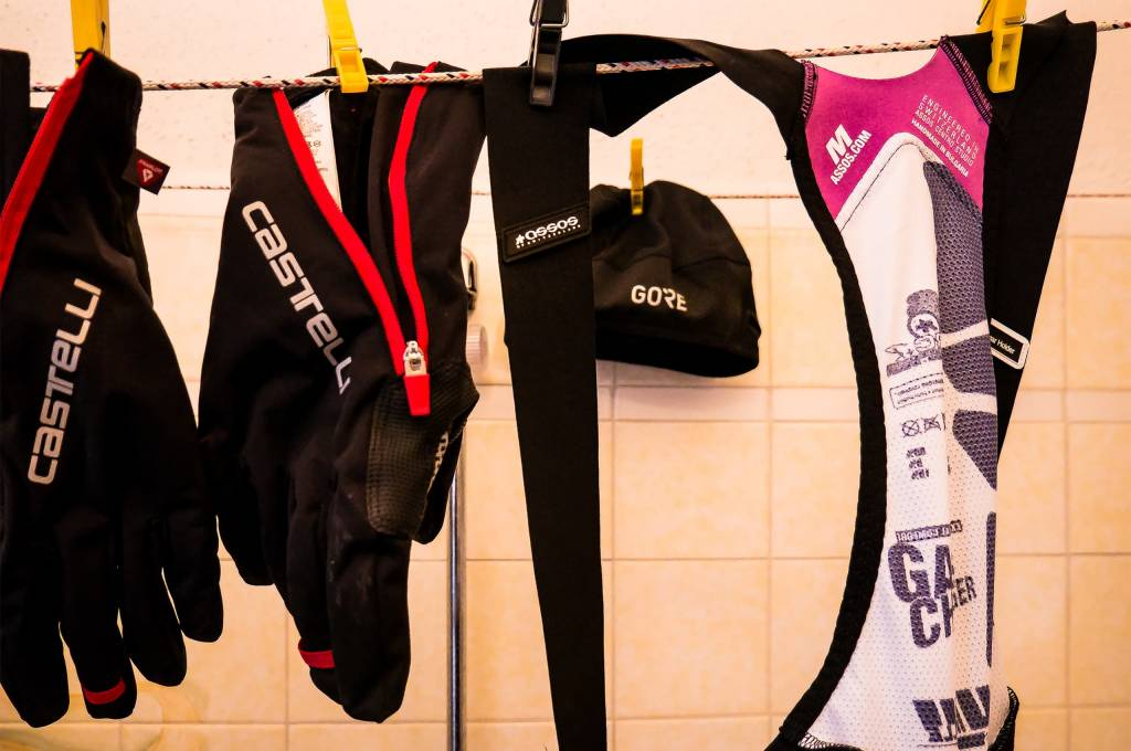 Zur Not kann man aber auch Indoor, zum Beispiel im Bad, die Wäsche ganz gut trocknen. Dauert eben nur länger.