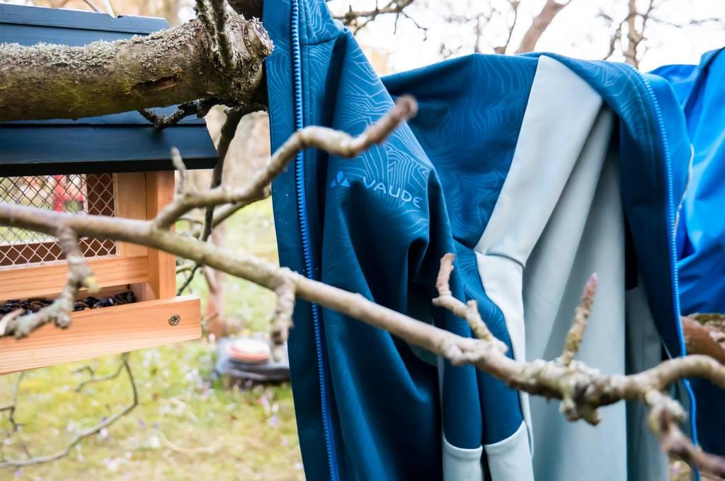 Wenn es nichts anderes gibt, geht auch einfach ein Baum als Wäscheständer.