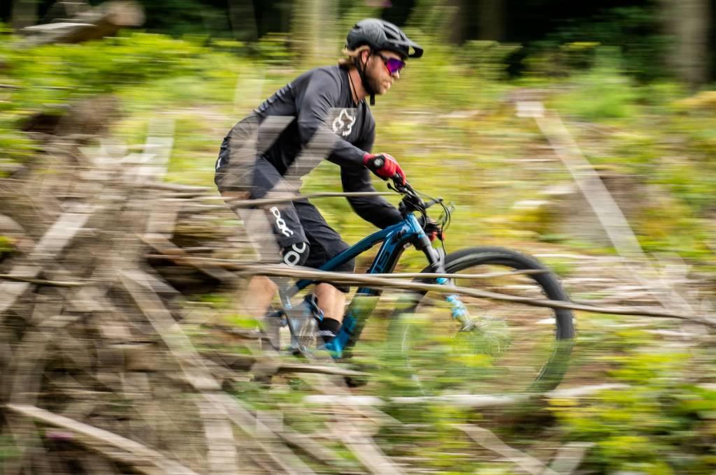 Focus Jam Drifter E-Bike Action im Wald