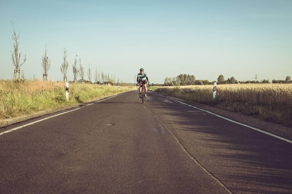 Maurice Brocco 400 Rennradfahrer allein auf Straße