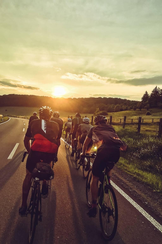 Maurice Brocco 400 Rennradgruppe im Sonnenuntergang