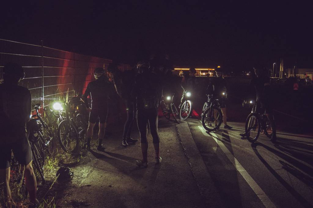 Maurice Brocco 400 Rennradgruppe nachts an Tankstelle