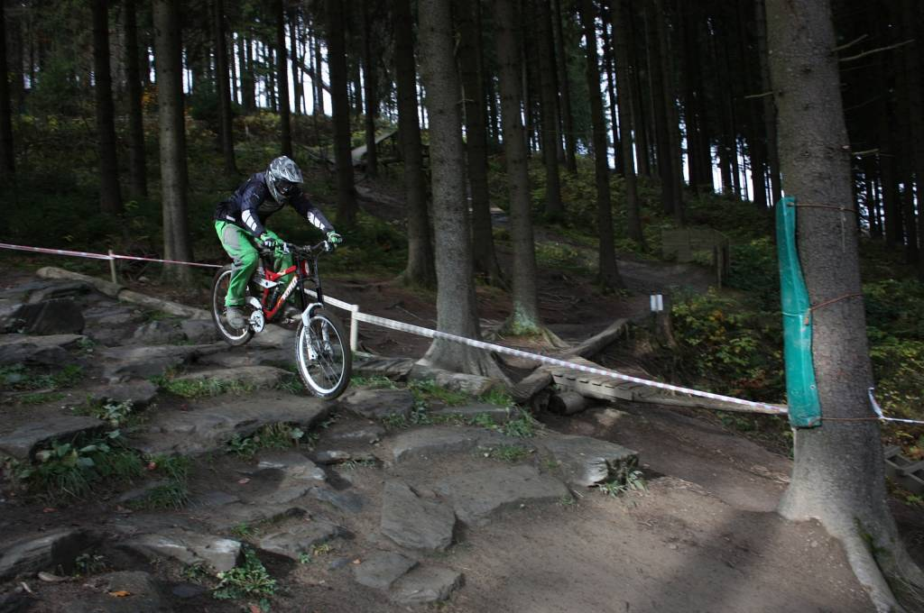 Bikepark Winterberg Mountainbiker im Rock Garden