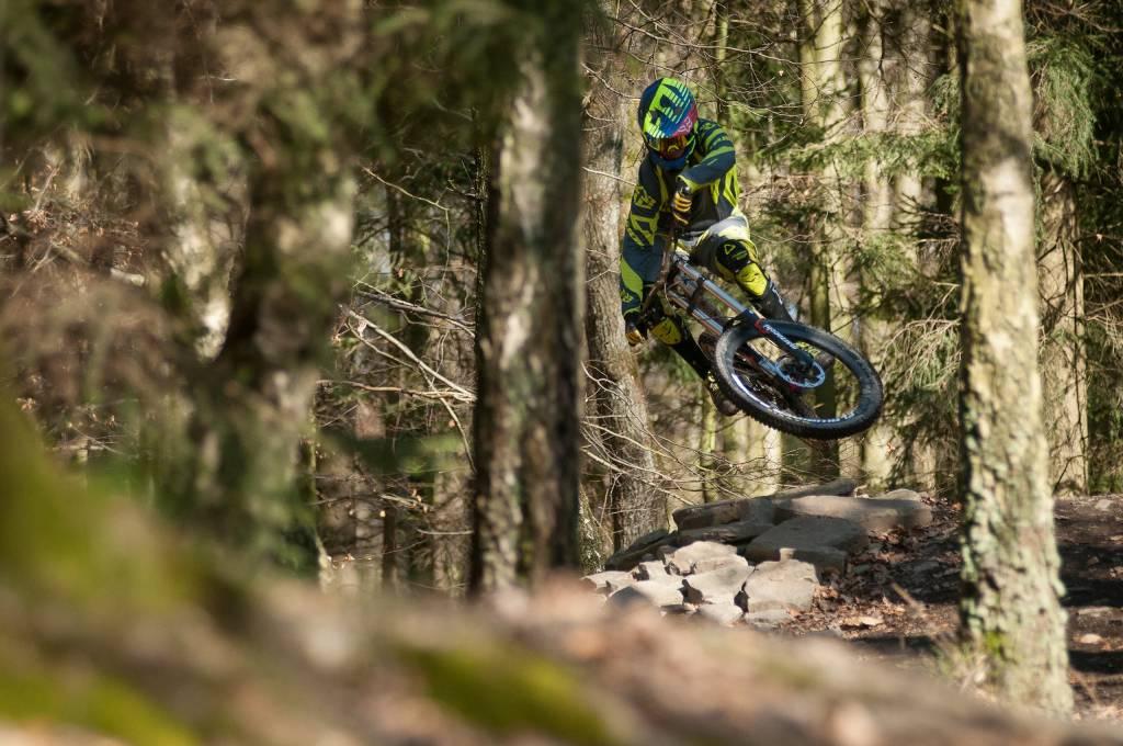 Mountainbiker springt im Wald