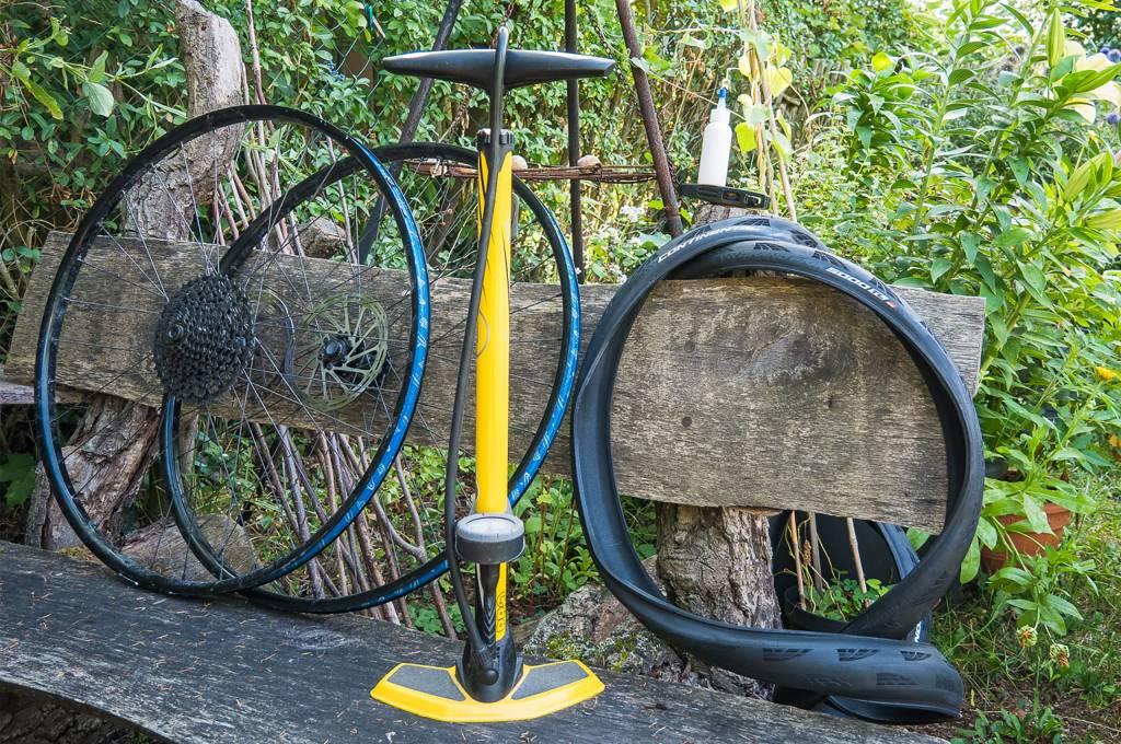 Rennradlaufräder mit Standpumpe und zwei Continental GP5000