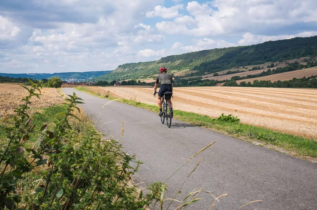 Rennradfahrer auf kleiner Straße