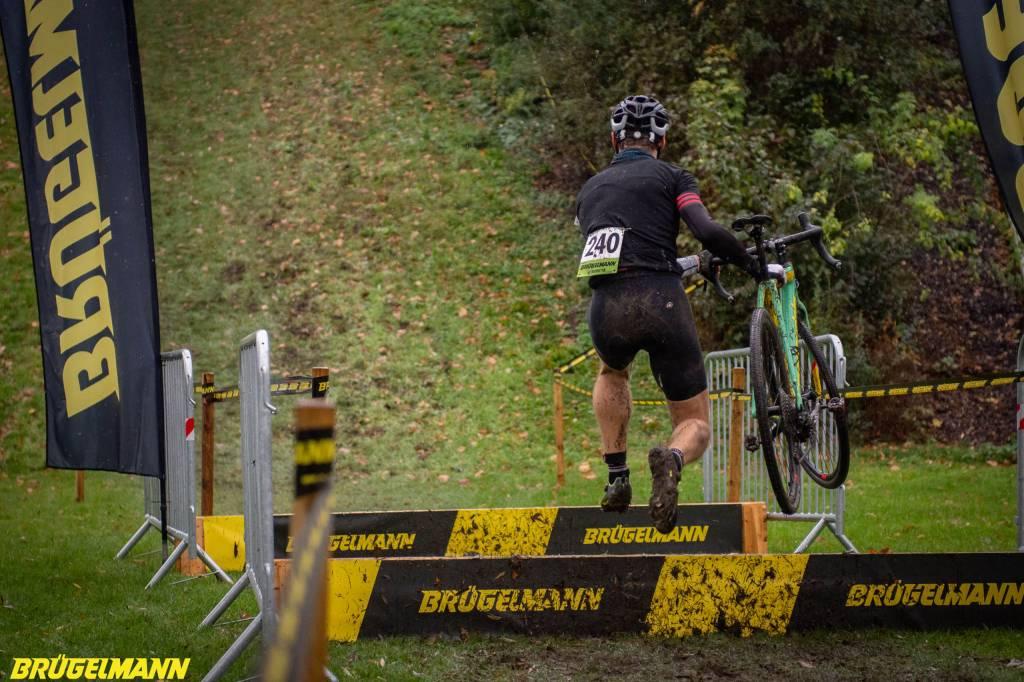 Cyclocrosser springt über Hürde