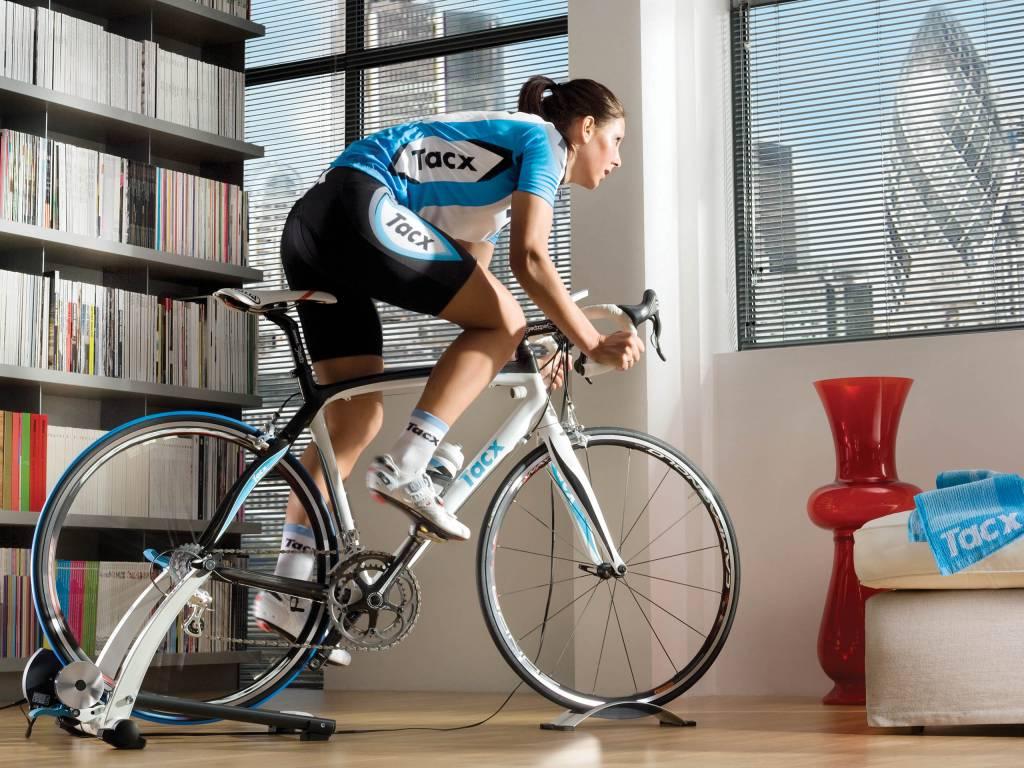 Rennradfahrerin Training Tacx Flow Rollentrainer