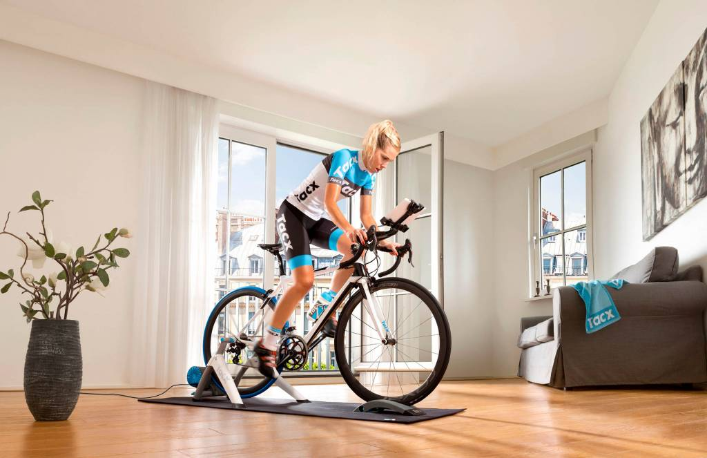 Rennradfahrerin Training Tacx Vortex Smart Rollentrainer