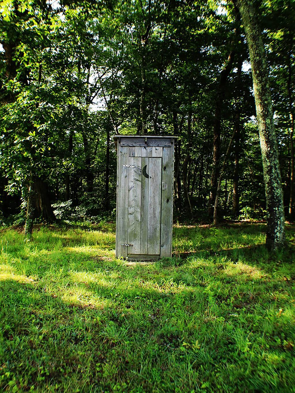 Toilettenhäuschen im Wald