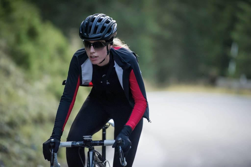 Rennradfahrerin Herbst Assos Outfit