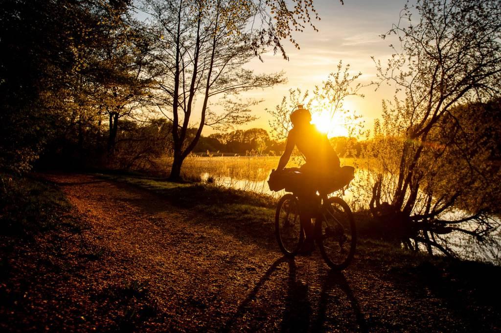 Sonnenuntergang Gravelbike Schotterweg See