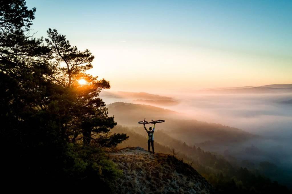 Mountainbike Sonnenuntergang Nebel Berge Wald