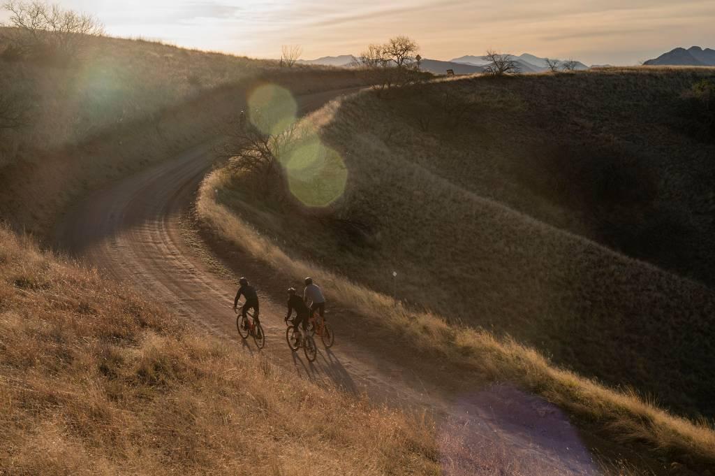 Drei Gravelbiker Sonnenuntergang