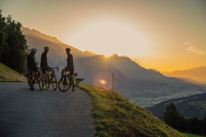 Gruppe Rennradfahrer Berge Sonnenuntergang