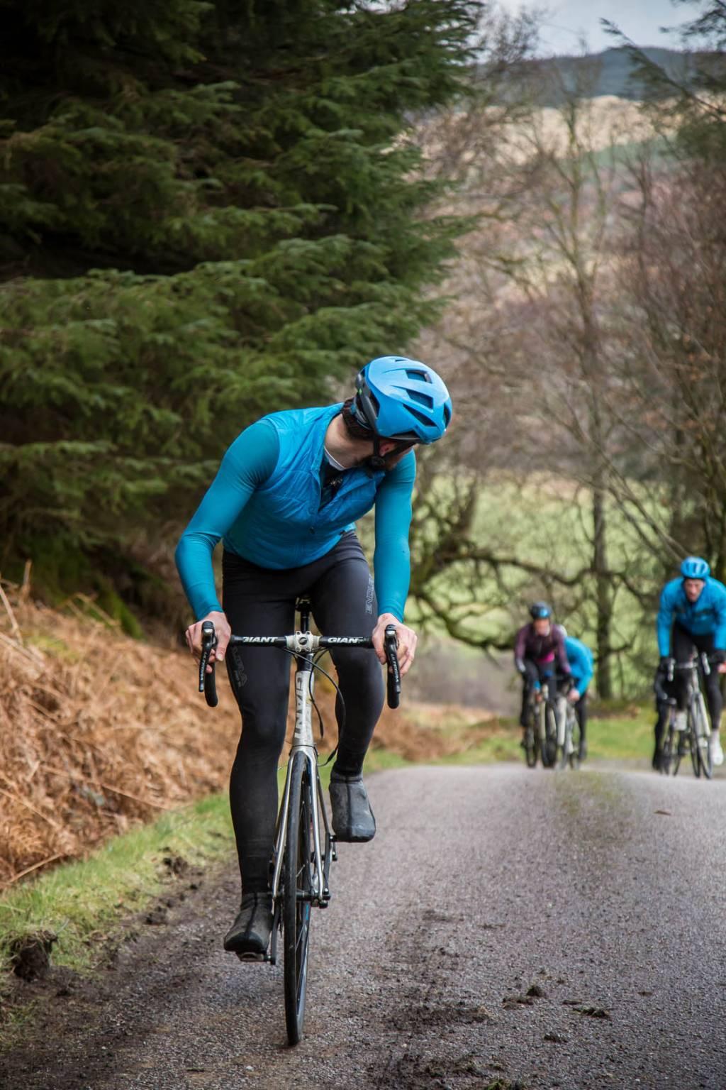 Rennradfahrer Blick zurueck