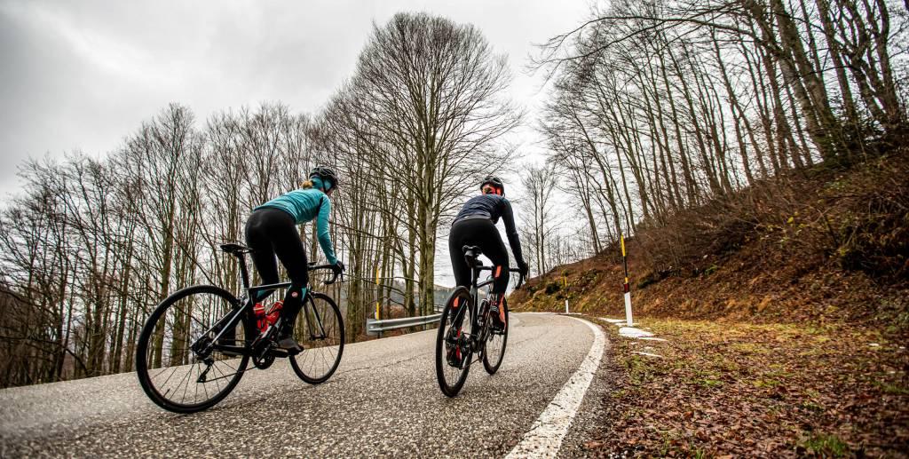Rennradfahrerinnen Herbst Anstieg