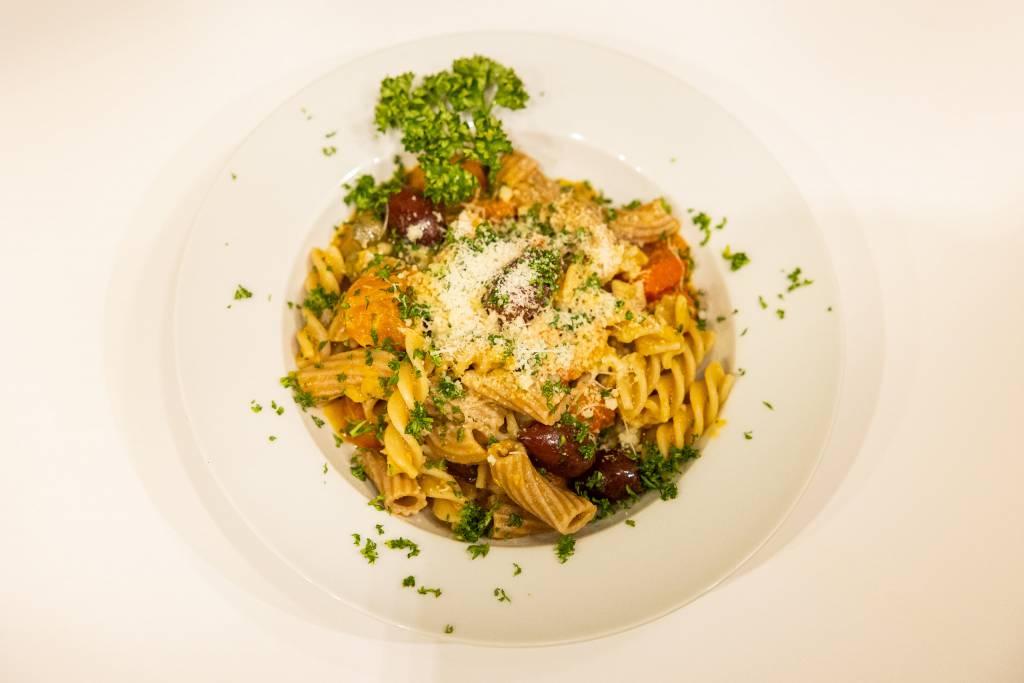 Vollkornpasta mit Petersilie und Parmesan